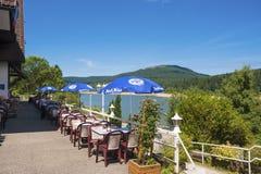 Lago di stoccaggio di Schwarzenbachtalsperre con il terrazzo del caffè Fotografia Stock