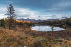 Lago di superficie Autumn Landscape With Mountain Range strabiliante mirror su fondo Immagine Stock