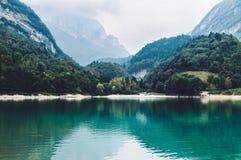 Lago Di Tenno - jezioro z turkus wodą w Włochy Zdjęcia Royalty Free