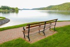 Lago di trascuranza bench fotografie stock