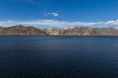 Lago di TSO di Pangong e delle montagne in Ladakh, l'India del nord Fotografie Stock