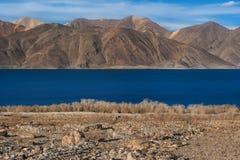 Lago di TSO di Pangong e delle montagne in Ladakh, l'India del nord Fotografia Stock
