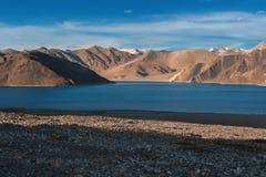 Lago di TSO di Pangong e delle montagne in Ladakh, l'India del nord Immagini Stock Libere da Diritti