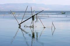 Lago di Varano et outils de pêche, Italie Photos stock