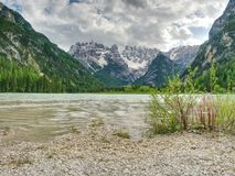 Lago di verde blu fra le montagne rocciose taglienti Superficie regolare dell'acqua, Immagine Stock Libera da Diritti