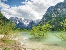 Lago di verde blu fra le montagne rocciose taglienti Superficie regolare dell'acqua, Fotografia Stock