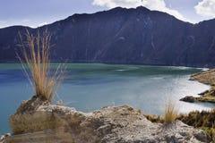 Lago di verde blu in vulcano di Quilotoa Fotografia Stock