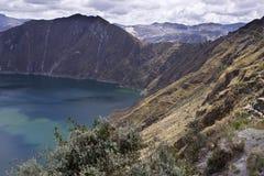 Lago di verde blu in vulcano di Quilotoa Immagine Stock