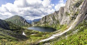 Lago difficile da raggiungere della montagna, Russia, Estremo Oriente fotografie stock
