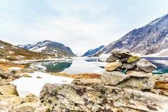 Lago Djupvatnet, Noruega Foto de archivo