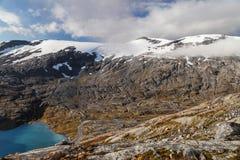 Lago Djupvatnet y el valle de Flydal Imagen de archivo libre de regalías