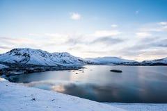 Lago do azul de Islândia das montanhas Fotografia de Stock