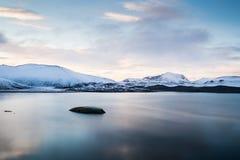 Lago do azul de Islândia das montanhas Foto de Stock