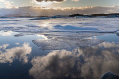 Lago do inverno de Frost com reflexão do céu azul Fotografia de Stock