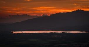 Lago do lecco de Annone na montanha dos cumes do brianza de Italia no por do sol imagem de stock