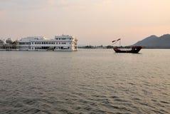 Lago do pichola de Udaipur no por do sol Hotel luxuoso da ilha imagem de stock
