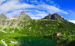 Lago do pleso de Zelene em montanhas em um dia ensolarado, Eslováquia de Tatra fotografia de stock