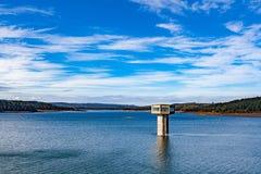Lago do reservatório de Cardinia e torre de água, Austrália foto de stock royalty free