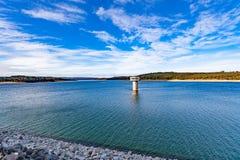 Lago do reservatório de Cardinia e torre de água magníficos, Austrália foto de stock royalty free