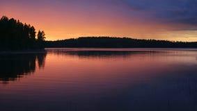 Lago do sol da meia-noite imagens de stock