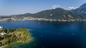 Lago do verão de Traunsee (Áustria) Silhueta do homem de negócio Cowering Fotografia de Stock Royalty Free
