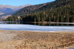Lago Dobbiaco congelado imagen de archivo