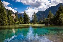 Lago Dobbiaco en las dolomías, Italia Imagen de archivo libre de regalías