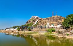 Lago Dudhiyu Talav e Kalika Mata Temple alla sommità della collina di Pavagadh - Gujarat, India Immagini Stock Libere da Diritti