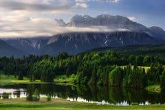Lago durante l'alba di mattina, alpi bavaresi, Baviera, Germania Geroldsee Immagine Stock Libera da Diritti
