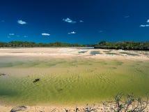 Lago durante la bassa marea, spiaggia amichevole della famiglia, Caloundr Currimundi fotografia stock libera da diritti