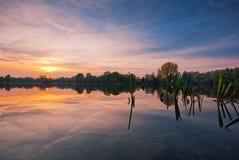 Lago durante puesta del sol Imagen de archivo
