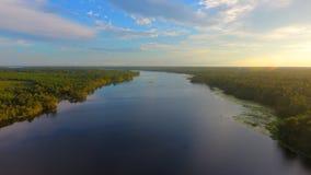 Lago durante puesta del sol del verano fotos de archivo