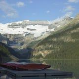 Lago e alte montagne calmi Immagine Stock