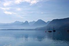 Lago e barche in alpi austriache immagine stock