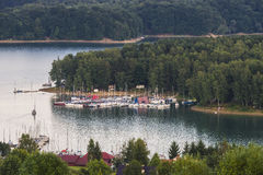 Lago e barche a vela immagine stock