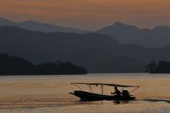 Lago e barco Imagens de Stock Royalty Free