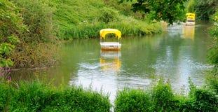 Lago e barcos pitorescos para andar Foto larga imagem de stock