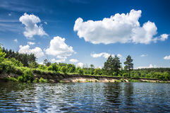 Lago e bello cielo nuvoloso Fotografia Stock