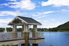 Lago e belvedere no parque. fotografia de stock