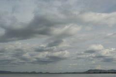 Lago e céu azul com luz - nuvens cinzentas, foco macio Fotos de Stock Royalty Free
