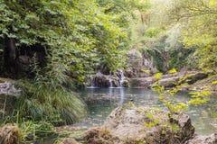 Lago e cachoeira mountain Fotos de Stock