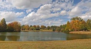 Lago e campo autumn Imagem de Stock