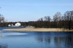 Lago e casa bianca in Trakai, Lituania Fotografia Stock
