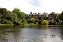 Lago e casas Foto de Stock