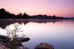 Lago e casas durante o nascer do sol fotos de stock royalty free