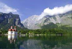 Lago e chiesa mountain Immagine Stock Libera da Diritti
