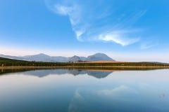 Lago e cielo blu Fotografia Stock