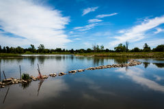 Lago e cielo blu Immagine Stock