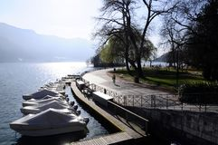 Lago e città annecy Fotografia Stock