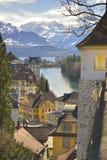 Lago e città Thun con le alpi svizzere nel fondo Fotografia Stock